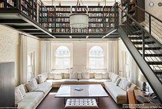 ニューヨークのコンドミニアムのペントハウスの巨大本棚.jpeg