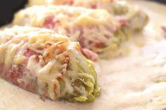 Ein feiner und schnell zubereiteter Low Carb Aulauf. Überbackener Chicoree mit Schinken umwickelt in einem Bett aus cremiger Käsesauce.
