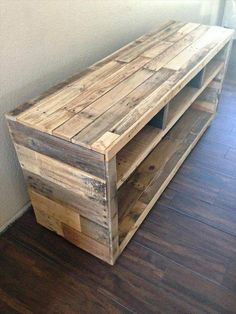 Pallet Furniture Projects DIY Pallet Media Console Table - Pallet projects are gaining huge popularity in the DIY world. Rightfully so! You can create beautiful pieces of furniture and more for really cheap or even free. Wooden Pallet Projects, Wooden Pallet Furniture, Wooden Pallets, Rustic Furniture, Diy Furniture, Pallet Wood, Modern Furniture, Furniture Plans, Pallet Chair