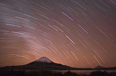 22. September 2008 </p><p>Sternenhimmel über dem Parinacota: Die Stimmung nachts unter dem Sternenhimmel Chiles war einfach unbeschreiblich. Hier der Versuch einer Langzeitbelichtung (45min) am Chungara-See (4400m). Links der Vulkan Parinacota (6342m) und rechts im Hintergrund der Vulkan Sajama (6520m), der höchste Gipfel Boliviens