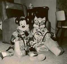 Vintage Halloween costumes photo - a sly Mickey Mouse Retro Halloween, Mickey Mouse Halloween Costume, Halloween Fotos, Vintage Halloween Photos, Halloween Pictures, Halloween Town, Holidays Halloween, Halloween Costumes For Kids, Scary Halloween