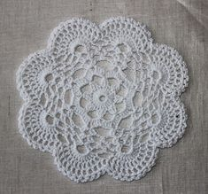filihunkat: DIY: hæklet mellemlægsserviet Crochet Dollies, Crochet Stars, Free Crochet Doily Patterns, Crochet Stitches, Crochet Home, Diy Crochet, Yarn Projects, Doilies, Diy And Crafts