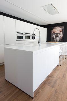 Cocina moderna con isla en casa de diseño Cumbres | Chiralt Arquitectos Valencia