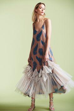 Clásico slip dress noventero con estampados y plisados en tul para dar volumen de Dries Van Noten