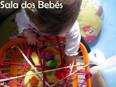 A Fátima e a Joana criaram 3 cestos desafiantes, de tamanhos diferentes e colocaram dentro muitos materiais da sala que os bebés conhecem, ...