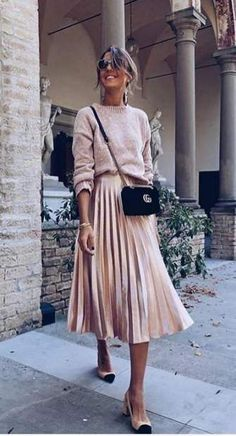 Sweater + Pleated Midi Skirt - Outfits for Work Midi Skirt Outfit, Pleated Midi Skirt, Black Pleated Skirt Outfit, Midi Skirts, Gold Skirt, Green Skirt Outfits, A Line Skirt Outfits, Cream Midi Dress, Cream Skirt