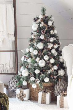 petit sapin de Noël naturel avec boules blanches et cache pied en panier