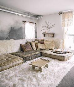 faux fur, cushions and pillows, I like this for a meditation room Home Yoga Room, Zen Room, Living Room Seating, Living Room Decor, Bedroom Decor, Sala Zen, Meditation Room Decor, Meditation Pillow, Floor Sitting