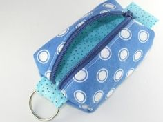 Teeny tiny zipper pouch, coin purse or add to your key ring. Perfect as a poop bag holder :-) Coin Purse Pattern, Purse Patterns, Sewing Patterns, Scrap Fabric Projects, Fabric Scraps, Sewing Projects, Diy Projects, Poop Bag Holder Diy, Zipper Pouch Tutorial