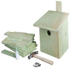 4 houten plankjes van 23×15 cm, 1 plankje voor het dak van 16×16 cm, 1 plankje voor de bodem van 15×15 cm, 2 dunne balkjes van 15×0,5×0,5 cm, dun latje van 26 hoog voor het ophangen, spijkers, hamer, houtlijm, zaag, gatenzaag van ongeveer 32 mm doorsnee, (ronde) vijl  Lijm en spijker alles stevig in elkaar. De kleine balkjes  gebruik je tussen de zijwanden en de bodem voor extra stevigheid.