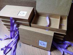 Case box para fotos 10x15 e berço para pendrive, revestida em papel kraftl, já incluso a logo para entrega de trabalhos fotográficos.    A arte é enviada pelo cliente, e a logo é opcional já inclusa.