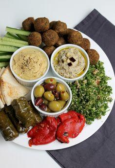 Plateau mezze : feuilles de vignes farcies, poivrons grillés marinés, taboulé libanais, falafels, galettes turques, bâtonnets de concombre, olives, houmous et riste d'aubergines
