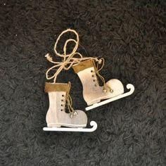 Pour une déco de table de noël et réveillon dans une ambiance naturelle, chaleureuse et raffinée optez pour cette paire de patins à glace en bois.