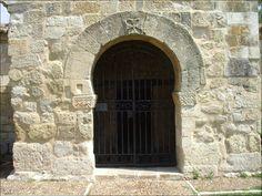 Baños de Cerrato (Palencia). Basílica de San Juan de Baños. Arco de herradura vidigótico de la entrada al pórtico.