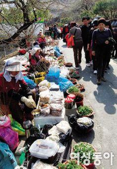Vendors outside Gwangyang Maehwa Village, Korea!
