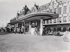 Tram house at the Stationplein in Amsterdam, opposite the Centraal Station. This beautiful tram house was demolished in Amsterdam Holland, Amsterdam School, Blond Amsterdam, Rotterdam, Utrecht, Dutch Golden Age, Interesting Buildings, Beautiful Architecture, Old Pictures