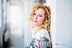 Anneke van Giersbergen:  Anneke van Giersbergen werd bekend als zangeres van The Gathering. Met haar nieuwe band Vuur brengt ze nu haar debuutalbum uit.