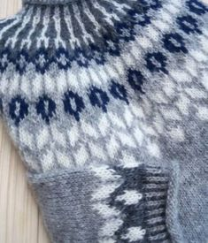 Icelandic sweater in light gray with white and navy details Fair Isle Knitting, Loom Knitting, Hand Knitting, Sweater Knitting Patterns, Knitting Designs, Nordic Sweater, Icelandic Sweaters, Knit Crochet, Crochet Flower