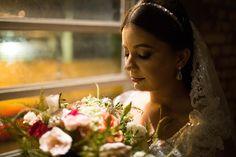 Érien e Bruno: casamento com amor em São Paulo. Na foto, a noiva e seu lindo buquê. Crown, Engagement, Valentines Day Weddings, Amor, Pictures, Corona, Crowns, Crown Royal Bags