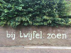 Tekst op muur, gemaakt met krijt.