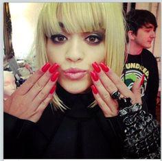 Rita+Ora+s+long+red+nails+VLjikKSdNE1l.jpg (594×593)
