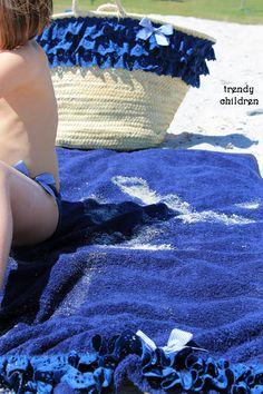 Capazo y toalla Diy Clothes Bag, Beach Towel Bag, Painted Baskets, Sweet Bags, Straw Handbags, Basket Bag, Cute Diys, Summer Bags, Purses And Bags