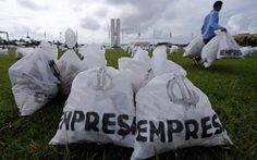 """Grupo deixa 200 sacos de """"dinheiro"""" no Congresso para pedir reforma política"""