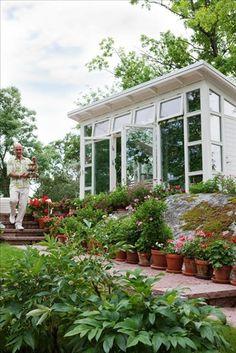 Det är Micael själv som har ritat växthuset, i samarbete med arkitekten Magnus Dahl i Vaxholm. Han ville ha tillräckligt med plats att ta in växter för vinterförvaring.