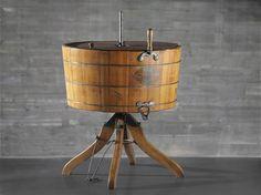 """Lavadora manual (1900). Washer Company . Expuesta en exposición """"S.XX cachivaches"""" en #Muncyt #Coruña.  En la cuba se introducen la ropa, el agua caliente y el jabón, y esa mezcla se mueve manualmente con una manivela. En el interior favorece su batido un disco fijo con estrías, llamado """"agitador"""". La principal ventaja de esta máquina consiste en lavar varias prendas a la vez. La primera eléctrica aparecerá en 1910 ideada por Alva Fisher.    Nº inventario: MUNCYT 1986/006/1817"""