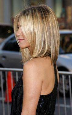 Honey Blonde Highlight - Medium Bob Hair Cut --- thinking of switching up my do.this could look cute on me, I have always wanted some Jennifer Aniston Hair! Medium Bob Hairstyles, Haircuts For Fine Hair, Cool Hairstyles, Bob Haircuts, Haircut Medium, Hairstyle Ideas, Straight Haircuts, Haircut Bob, Wedding Hairstyles