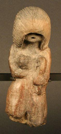 Museo Chileno de Arte Precolombino » Figurilla antropomorfa: mujer amamantando Valdivia