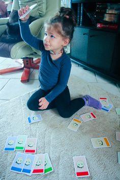 Travailler la discrimination visuelle et la perception des grandeurs avec le jeu de cartes Cambio.