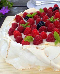 Domowa Cukierenka : beza z kremem patissiere i malinami Pavlova, Cheesecake, Pudding, Sweets, Blog, Polish, Cakes, Sweet Pastries, Enamel