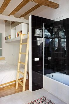 Shiny black ceramic tiles and matt white | Salva 46 par Miel Arquitectos et Studio P10 - Journal du Design