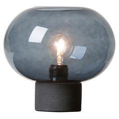 Alberta bordlampe fra Watt & Veke. Hvad enten man kigger på det dybt blå glasskål eller den rå lampe...