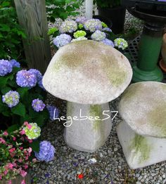 Concrete mushrooms - would be perfect in my strawberry beds. Concrete Crafts, Concrete Projects, Backyard Projects, Outdoor Projects, Garden Projects, Garden Ideas, Cement Art, Concrete Art, Concrete Garden