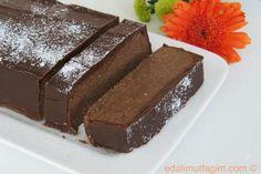Krema tencereye koyulur, kaynamaya başladığı anda ocaktan indirilir, çikolatalar içine atılır, daha sonra vanilya ve pudra şekeri de ilave ed...