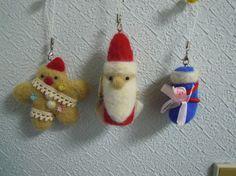 羊毛の、クリスマスオーナメントです。クリスマスに ツリーに飾ってみてはいかがでしょうか?ストラップにもなります。サイズ サンタ 9cm長靴 5cmクッキー 8...|ハンドメイド、手作り、手仕事品の通販・販売・購入ならCreema。