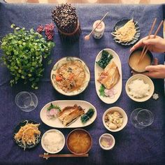 穏やかでオシャレな雰囲気の食卓にしたければ、青紫のテーブルクロスがおすすめです。ひとつひとつのレシピが落ち着いた印象になり、メニューを考える時に、どういった雰囲気の食卓にしたいのか一緒に決めるとテーブルがより魅力的に映りますよ。