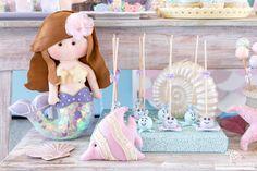 Gente, acho que terei dificuldades de encontrar palavras para descrever este projeto. Então vou simplesmente me limitar a dizer que sou per... Baby Mermaid, Mermaid Dolls, Mermaid Birthday, The Little Mermaid, Mermaid Party Decorations, Mermaid Parties, Happy Party, Under The Sea Party, Girl First Birthday