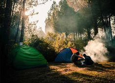 Consejos para dormir bien en una tienda de campaña y no pasar frío. Aislar el suelo de la tienda de campaña, comer apropiadamente, disponer de un buen saco, comer lo necesario, huir de la ropa húmeda, entre otras cosas