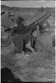 Whats better than a (Finnish) Lahti (elephant gun) ? How about a double Elephant -gun? Ok, the gun in the pics is not exactly an Lahti its a 20 ITK 40 VKT, but the designer is the same, Aimo Lahti, and its also based on the the anti-tank rifle. Elephant Gun, Anti Tank Rifle, Soldiers, Vintage Photos, Wwii, Winter, Weapons, Theater, Aircraft