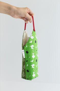 ペットボトルがすっぽり納まって持ちやすいデザイン。ティーバックを一袋入れることが出来る内ポケットが付いています。 Fabric Bags, Fabric Scraps, Sewing Crafts, Sewing Projects, Denim Tote Bags, Bottle Bag, Handmade Bags, Organizer, Purses And Bags