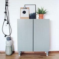 Mini make-over af IKEA IVAR skab med påsatte ben fra @prettypegs og flot flot farve 'calm green' fra @sadolindanmark se forandringen på bloggen: blog.sirlig.dk #minimakeover #prettypegs #sadolin