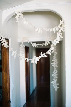 DIY Felt Foliage Party Garland by A Subtle Revelry. Would be cute to hang around a child's bedroom. Felt Garland, Bunting Garland, Diy Garland, Buntings, Felt Bunting, White Garland, Diy Bunting, Garland Ideas, Fabric Garland