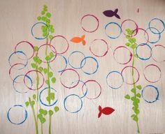 Onderwaterwereld: triplex stempelen met glazen potjes en acrylverf, schilder lijnen en stippel met een kwast voor de waterplanten en knip visjes uit gekleurd papier en lijm ze erbij.