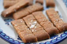 Karamelsnitter er de nemmeste småkager at bage og så hører de med i min absolutte småkagetop-10. Jeg ELSKER dem - intet mindre - og jeg kan spise ustoppeligt mange af dem. Nu har jeg afsløret hemmeligheden for dig :-) Forleden tippede