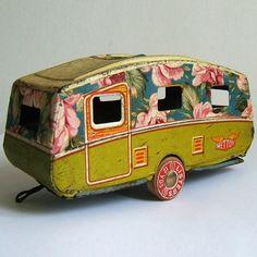 Adorable vintage toy camper…should be great for fairy glamping! Vintage Tins, Vintage Antiques, Retro Vintage, Vintage Love, Vintage Caravans, Vintage Travel Trailers, Vintage Campers, Metal Toys, Tin Toys