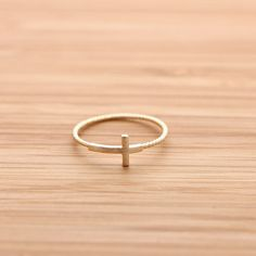 SIDEWAYS CROSS ring with twisted band, in gold