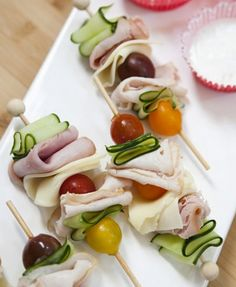 Skewered deli meat with tomatoes, olives and cucumber. Finger food for a cocktail hour snack! Spa Party Cakes, Tea Party, Good Food, Yummy Food, Snacks Für Party, Party Games, Healthy Kids Party Food, Gluten Free Party Food, Healthy Picnic
